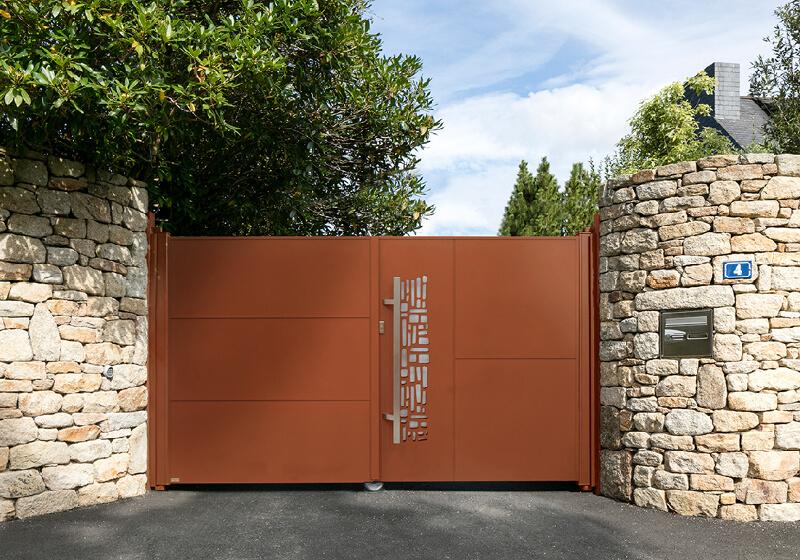 Espace confort 2000, menuisier au Poiré sur Vie en Vendée, pose de pergola, porte de garage, clôtures et portail aux Sables d'Olonne