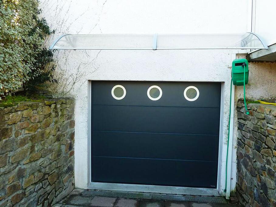Porte sectionnelle posée par Espace Confort 2000 sur le secteur des Sables d'Olonne.