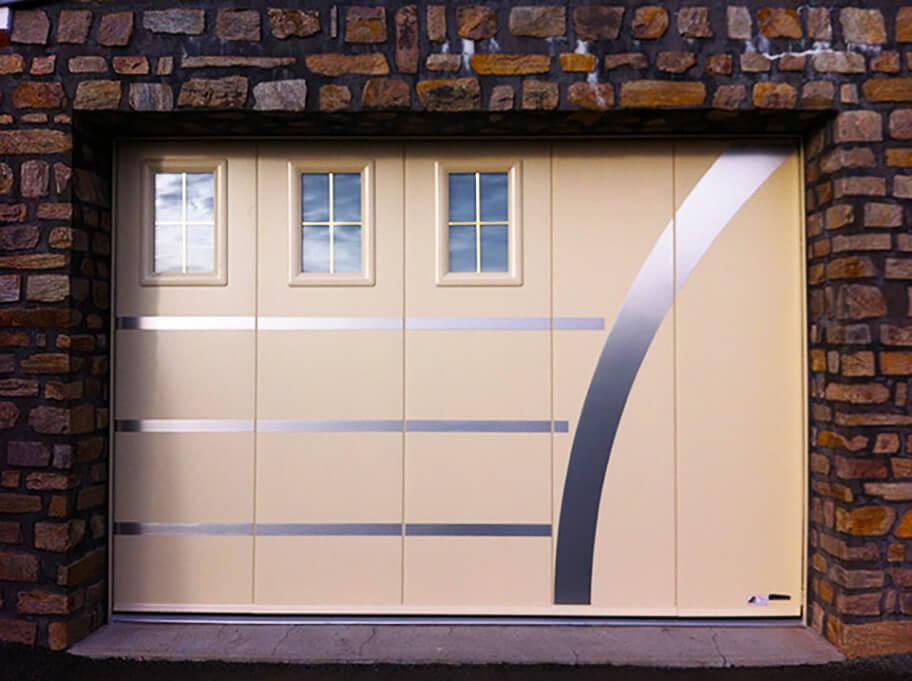 Porte latérale de garage réalisée par Espace Confort 2000 aux Sables d'Olonne (85100).