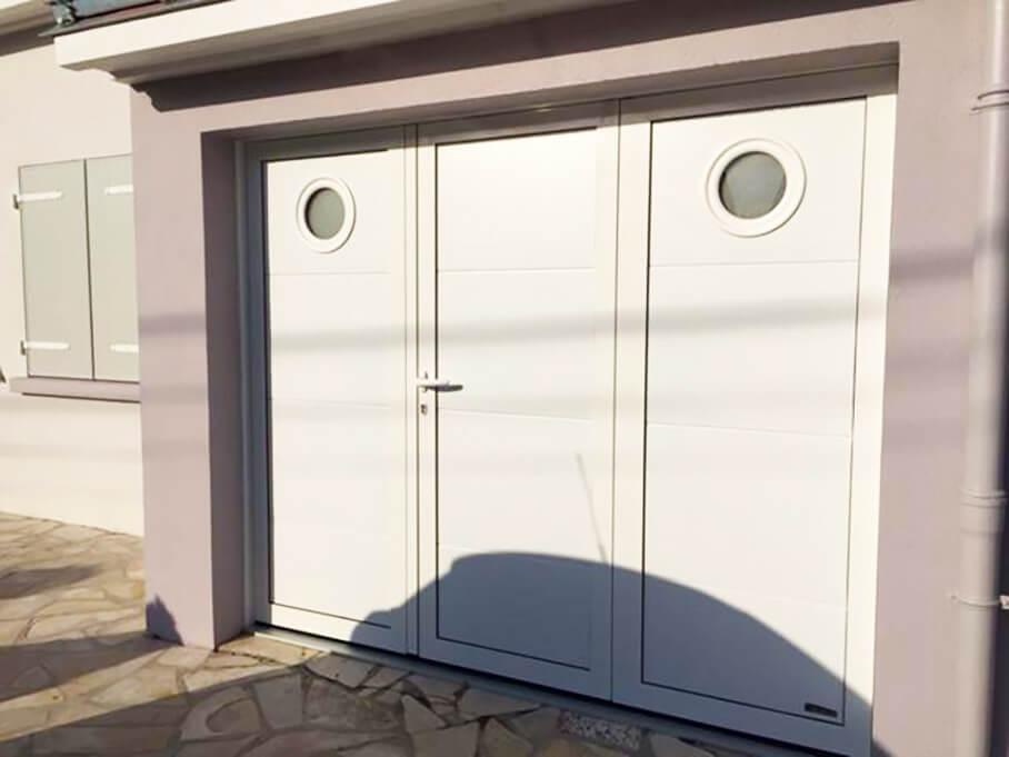 Porte de garage battante posée par Espace Confort 2000 près des Sables d'Olonne (85100, Vendée).