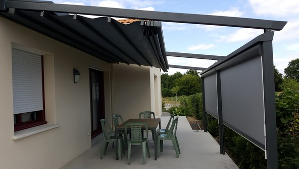 Espace confort 2000, menuisier au Poiré sur Vie en Vendée, installe des stores extérieurs sur vos pergolas